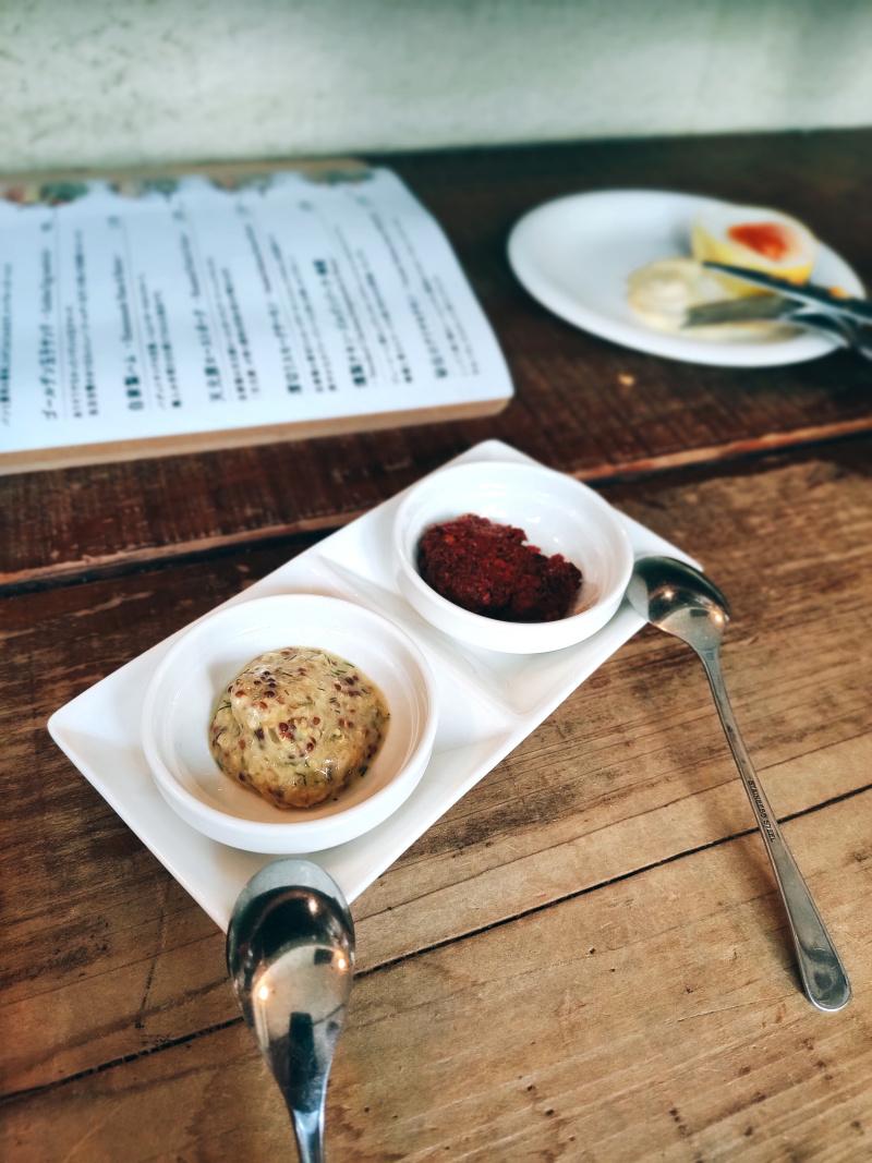 自家製の香草キャラウェイのマスタードと唐辛子ペースト